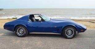 Coche de deportes azul clásico de Chevrolet Corvette en la 'promenade' de la orilla del mar Fotografía de archivo libre de regalías