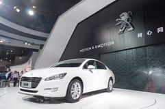 Coche de deportes blanco de Peugeot en la cabina del presentador Imágenes de archivo libres de regalías