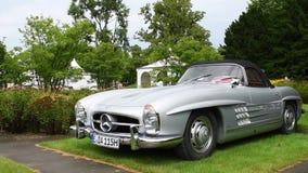 Coche de deportes clásico del automóvil descubierto de Mercedes-Benz 300SL almacen de metraje de vídeo