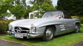 Coche de deportes clásico del automóvil descubierto de Mercedes-Benz 300SL almacen de video