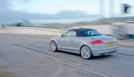 Coche de deportes de Audi con la falta de definición de movimiento. Fotografía de archivo
