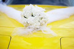 Coche de deportes de la boda con el ramo de las rosas blancas Fotos de archivo