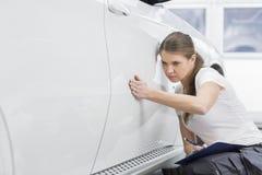 Coche de examen del ingeniero de sexo femenino del mantenimiento en taller Imagen de archivo