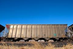 Coche de ferrocarril bajo el cielo azul brillante Imagen de archivo libre de regalías