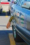 Coche de Halloween con el brazo en depósito de gasolina Imagenes de archivo