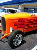 Coche de Hotrod en llamas anaranjadas Foto de archivo