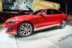 Coche de Jaguar XE, salón del automóvil Geneve 2015 imagen de archivo