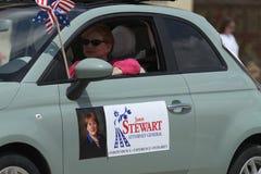 Coche de Janet Stewart Nebraska Attorney General en un desfile en la pequeña ciudad América Fotos de archivo libres de regalías