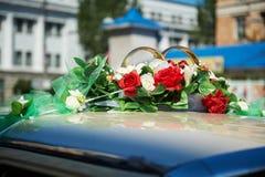 Coche de la boda adornado con las flores rojas Fotografía de archivo