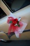 Coche de la boda adornado con una flor de la rosa Imagen de archivo