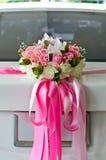 Coche de la boda con la decoración hermosa de las flores Foto de archivo