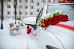Coche de la boda con las flores Imagen de archivo