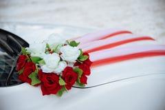 Coche de la boda con las flores Foto de archivo libre de regalías