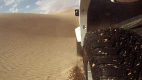 Coche de la cámara en el desierto del Sáhara almacen de video