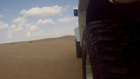 Coche de la cámara en el desierto del Sáhara almacen de metraje de vídeo