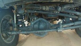 Coche de la cámara en el desierto del Sáhara Pov debajo del coche almacen de metraje de vídeo