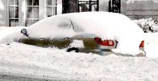 Coche de la ciudad almacenado en la nieve, imagen del invierno Imágenes de archivo libres de regalías