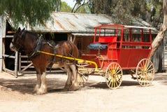 Coche de la etapa y caballo de proyecto de Clydesdale Foto de archivo libre de regalías