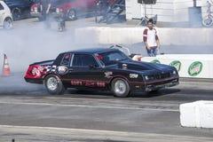 Coche de la fricción de Chevrolet en la línea de salida que hace que un humo muestra Foto de archivo