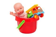 Coche de la muñeca y del juguete en el cubo. Fotos de archivo