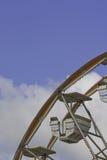 Coche de la rueda de Ferris contra un cielo azul y blanco Foto de archivo libre de regalías