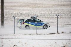 Coche de la seguridad que comprueba la pista en invierno foto de archivo libre de regalías