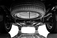 Coche de la suspensión y del chasis, neumático de repuesto en tono blanco y negro fotos de archivo