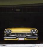 Coche de la vendimia en el garage para el invierno Foto de archivo