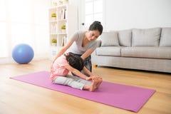 Coche de la yoga que enseña a los niños Foto de archivo