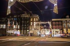 Coche de las linternas que pasa abajo de la calle en la noche Fotografía de archivo