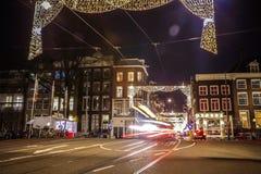 Coche de las linternas que pasa abajo de la calle en la noche Foto de archivo libre de regalías