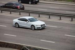 Coche de lujo Audi blanco que apresura en la carretera vacía fotos de archivo libres de regalías