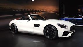 Coche de lujo del funcionamiento del automóvil descubierto de Mercedes-AMG GT almacen de video