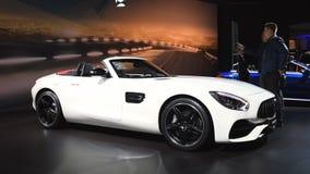 Coche de lujo del funcionamiento del automóvil descubierto de Mercedes-AMG GT almacen de metraje de vídeo