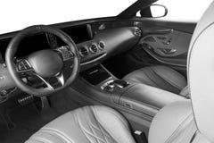 Coche de lujo moderno dentro Interior del coche moderno del prestigio Asientos de cuero cómodos Carlinga de cuero perforada Coche imagenes de archivo