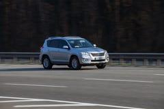Coche de lujo Toyota que apresura en la carretera vacía imagen de archivo libre de regalías