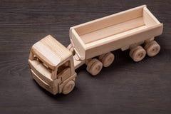 Coche de madera del juguete, visión superior Fotos de archivo