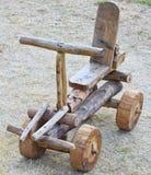 Coche de madera hecho a mano como juguete Foto de archivo libre de regalías