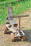 Coche de madera hecho a mano como juguete Fotos de archivo