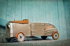 Coche de madera viejo del juguete Fotos de archivo libres de regalías