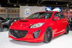 Coche de Mazda 3 en la visualización en la cabina de Mazda Imagenes de archivo