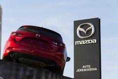 Coche de Mazda 3 delante de la representación que construye el 31 de marzo de 2017 en Praga, República Checa Foto de archivo