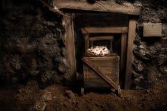 Coche de mina viejo dentro del túnel Fotos de archivo libres de regalías