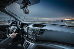 Coche de Person Driving con el camino a continuación con una visión más amplia foto de archivo libre de regalías