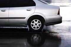 Coche de plata en estacionar en la lluvia Imagen de archivo libre de regalías