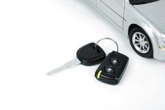 Coche de plata y clave del coche foto de archivo libre de regalías
