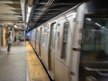 Coche de subterráneo de Nueva York que enfoca más allá de viajeros foto de archivo libre de regalías