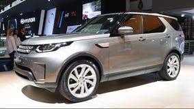 Coche de SUV de la cruce de Rover Discovery Sport de la tierra almacen de metraje de vídeo