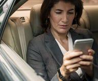 Coche de Talking Using Phone de la empresaria dentro del concepto Fotografía de archivo libre de regalías