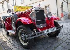 Coche de visita turístico de excursión en Praga foto de archivo libre de regalías